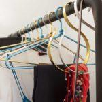 Cintre en aluminium pour suspendre des écharpes, foulards, ceintures, bijoux, etc.