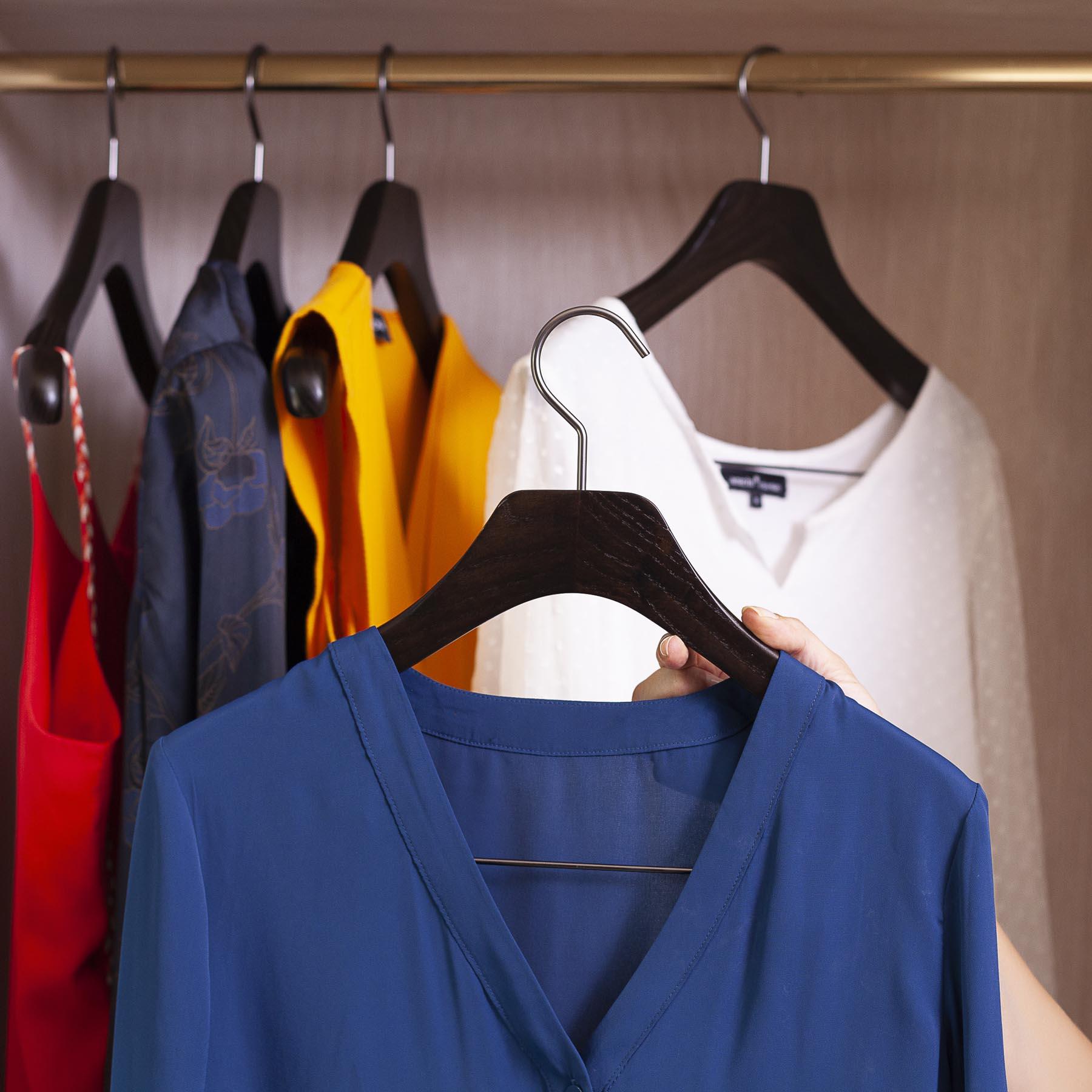 10 cintres pour chemisier avec pinces coloris noyer mat largeur 38 cm mon. Black Bedroom Furniture Sets. Home Design Ideas