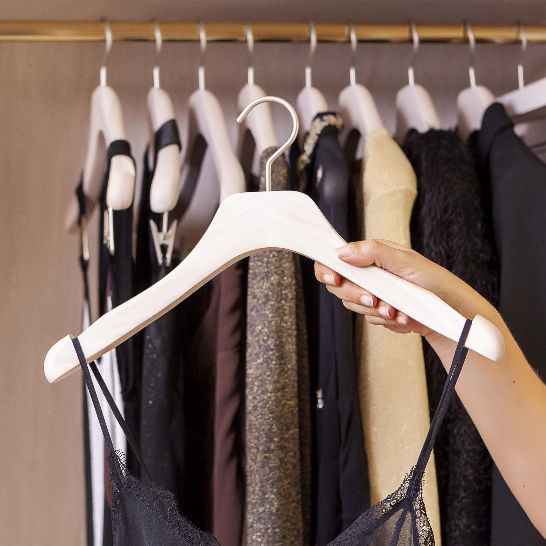 10 perchas de madera con muescas para vestidos y tirantes - Color blanco patinado