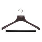 Cintres luxe en bois de frêne avec col creusé et barre floqué pour costume - Coloris noyer mat