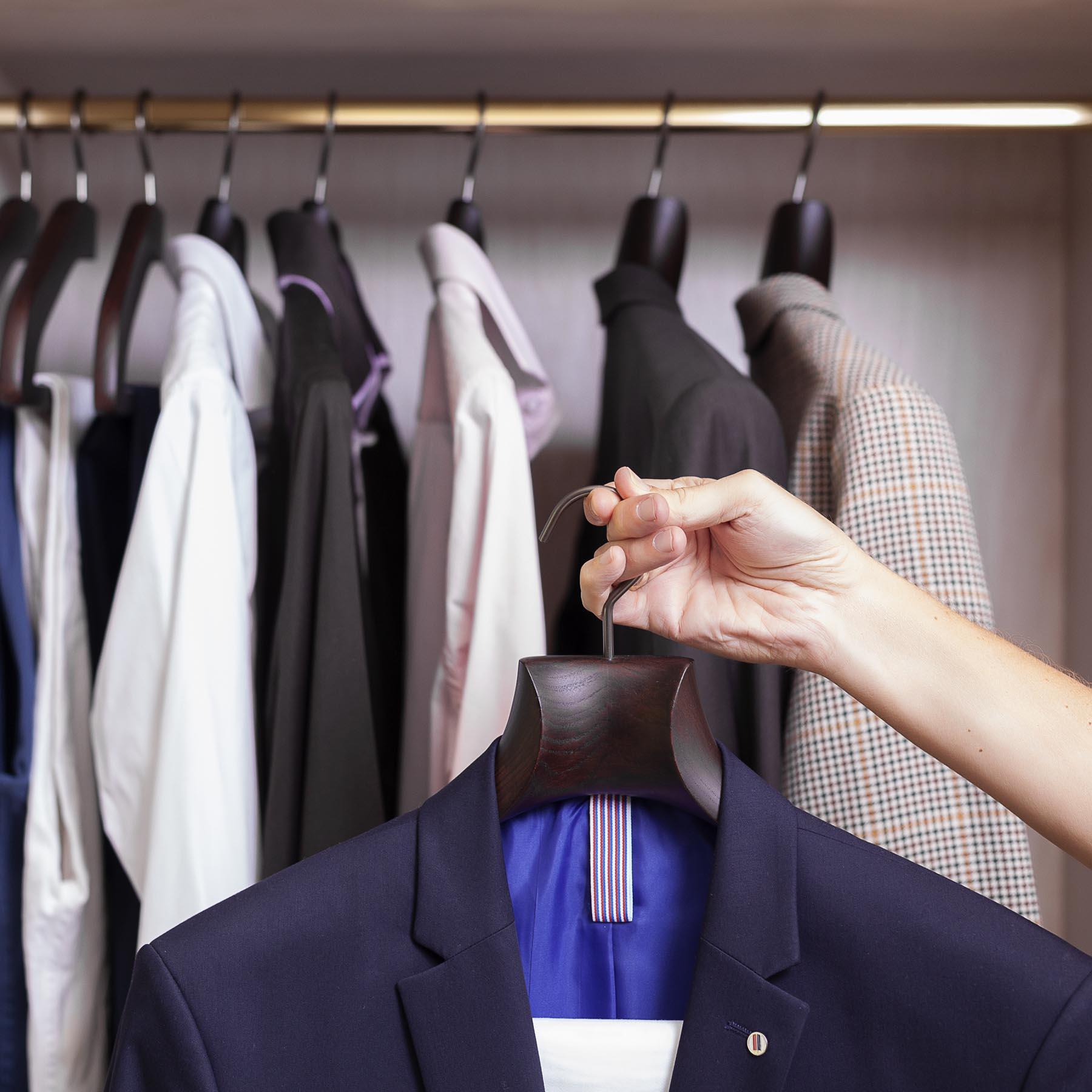6 luxuriöse Holzbügel mit Hohlhals für Jacke und Anzug - Farbe Nussbaum matt