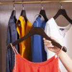 10 cintres en bois avec encoches pour robes et tops à bretelles - Coloris noyer mat